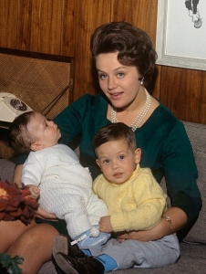 Princess_Muna_with_sons_1964